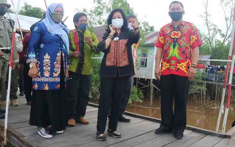 Plt Bupati Pulang Pisau Pudjirustaty Narang (tengah) saat meninjau objek wisata di Desa Gohong.