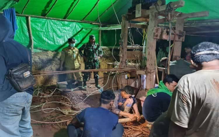 Proses evakuasi penambang yang terkubur longsoran lubang tambang emas di daerah Sungai Seribu, Kelurahan Pangkut, Kecamatan Arut Utara, Kamis, 19 November 2020