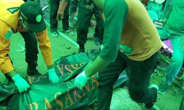 Proses evakuasi jenazah penambang yang tewas dalam lubang tambang emas di Kecamatan Arut Utara, Jumat, 20 November 2020.