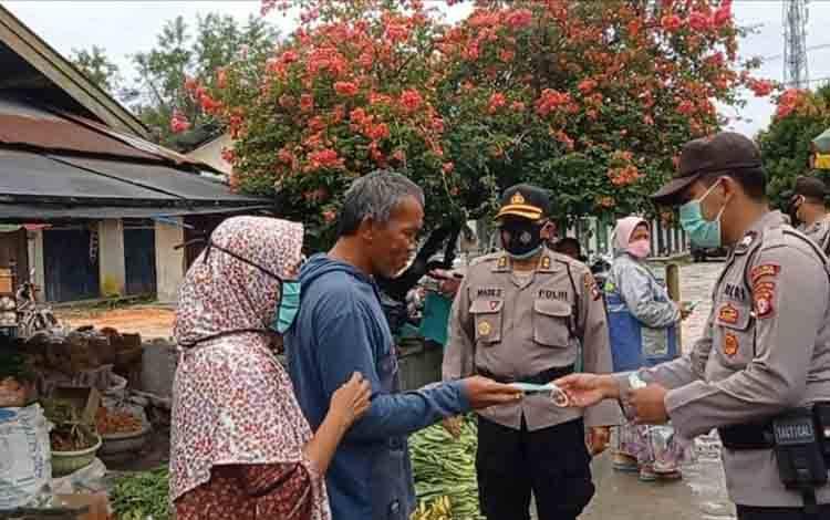 Polres Sukamara saat membagikan masker kepada masyarakat di Pasar Saik