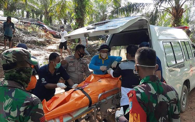 Proses Evakuasi Korban Tertimbun Tanah Longsor Tambang Emas