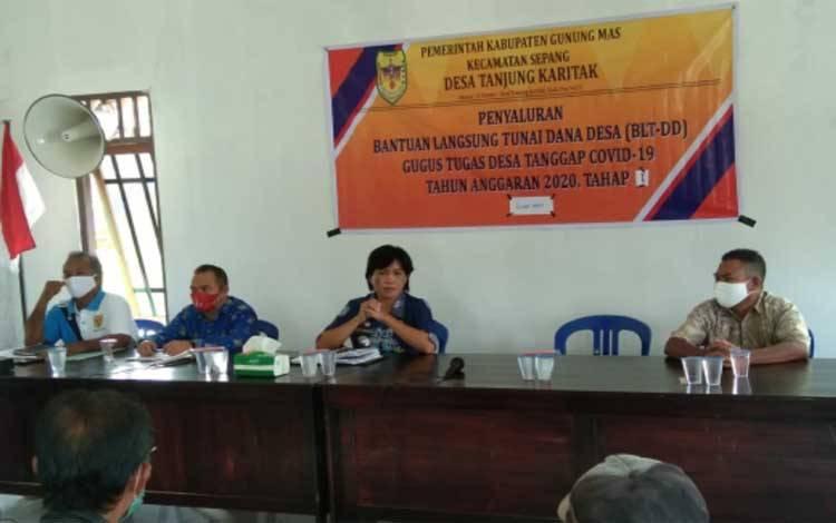 Camat Sepang, Rosalia menghadiri penyaluran BLT DD tahap I Desa Tanjung Karitak, Jumat 20 November 2020