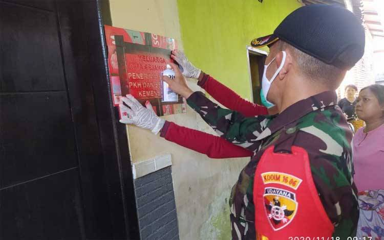 Petugas measang stiket di rumah warga Mataram