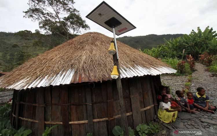 PLTS dipasang di rumah warga Papua
