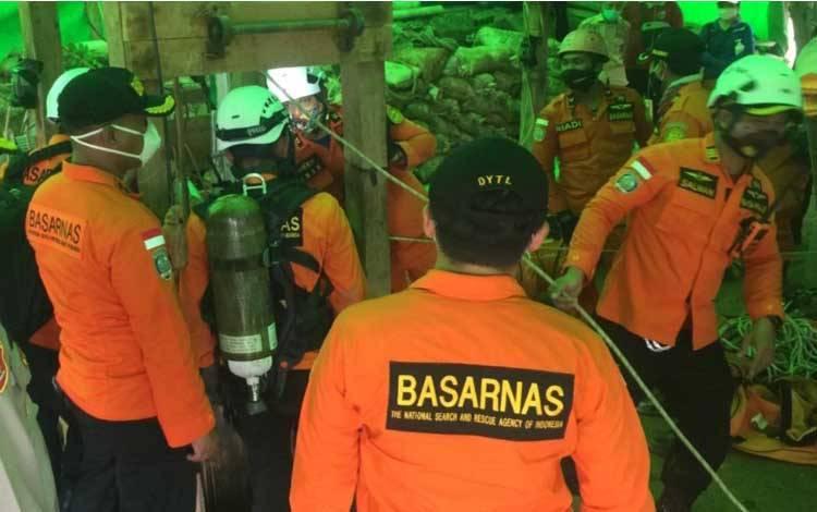 Personel Basarnas memasuki lubang tambang di Sungai Seribu, RT 06, Kelurahan Pangkut, Kecamatan Arut Utara, Sabtu, 21 November 2020
