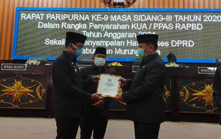 Bupati Murung Raya Perdie M Yoseph menyerahkan KUA-PPAS APBD 2021 yang diterima Ketua DPRD Doni.