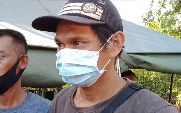 Aep Saepulloh, keluarga salah satu penambang yang tewas dalam lubang tambang di Sungai Seribu, Kelurahan Pangkut, Kecamatan Aruta.