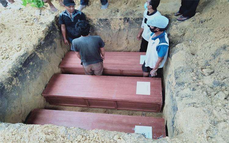 Tiga jenazah korban kecelakaan kerja tambang emas di Sungai Seribu, Kelurahan Pangkut Kecamatan Aruta, dimakamkan dalam 1 liang lahat.