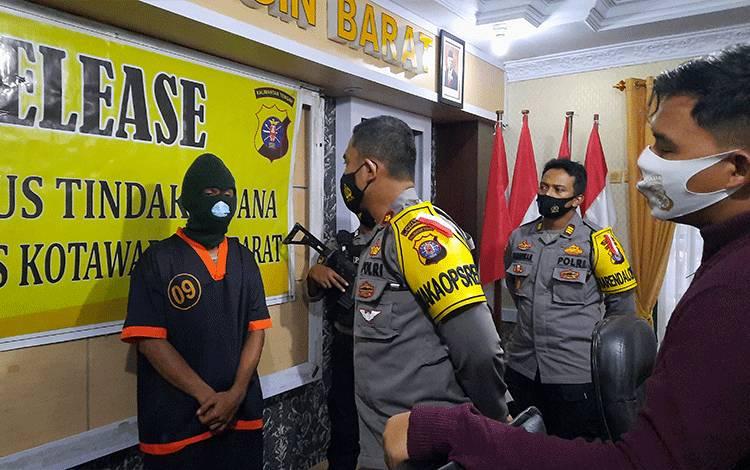 Pelaku ilegal mining H (28) saat diinterogasi Wakapolres Kobar Kompol Boni Ariefianto.