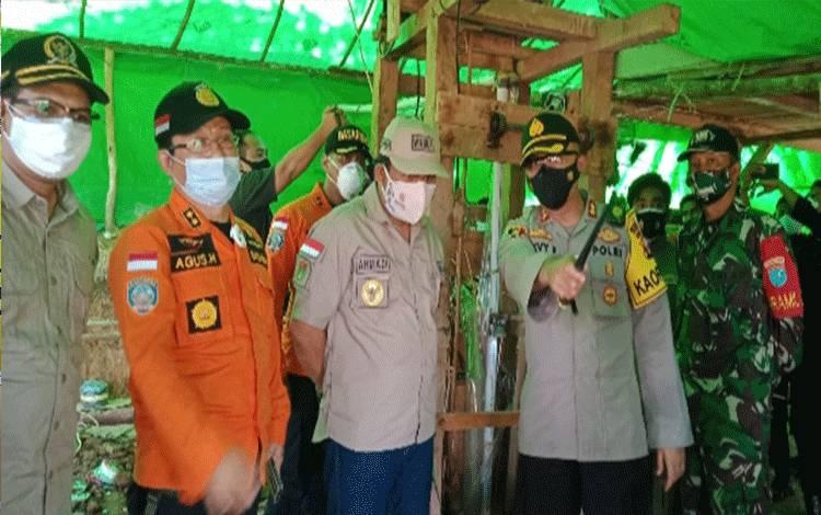 Wabup Kobar Ahmadi Riansyah saat mengecek TKP tewasnya penambang di lubang tambang emas, di daerah Sungai Seribu, Kelurahan Pangkut, Kecamatan Arut Utara, Sabtu, 21 November 2020.