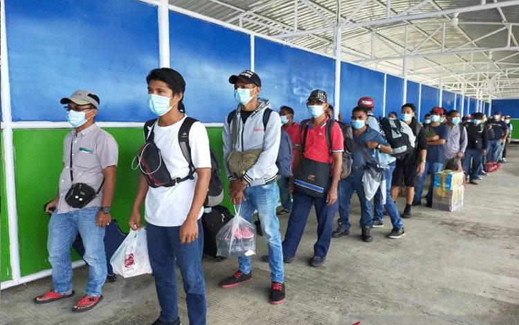 Puluhan PMI/WNI dari Sabah, Malaysia tiba di Pelabuhan Tunon Taka Nunukan, Sabtu (21/11) sekira pukul 15.12 Wita (ANTARA)
