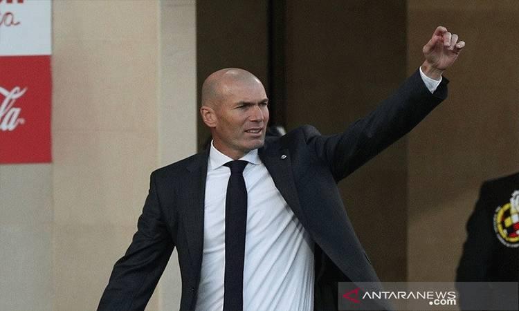 Manajer Real Madrid Zinedine Zidane saat mendampingi timnya menghadapi Villarreal dalam lanjutan Liga Spanyol di Stadion de la Ceramica, Villarreal, Spanyol, Sabtu (21/11/2020). (ANTARA/REUTERS/Albert Gea)