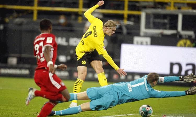 Penyerang Borussia Dortmund Erling Braut Haaland (tengah) mencetak gol kedua timnya ke gawang Hertha Berlin pada pertandingan Liga Jerman yang dimainkan di Stadion Olympia, Berlin, Sabtu (21/11/2020). (ANTARA/AFP/LEON KUEGELER)