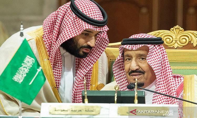 Putera Mahkota Mohammed bin Salman berbicara dengan Raja Arab Saudi Salman bin Abdulaziz Al Saud . (REUTERS/HANDOUT Saudi Royal Court/Bandar Algaloud)