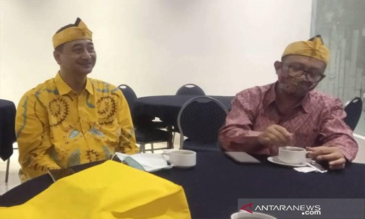 Anggota Komisi X DPR RI Ferdiansyah (kiri) dan Direktur Pembinaan Tenaga dan Lembaga Kebudayaan Kemendikbud Judi Wahyudin usai pergelaran Festival Film Pendek Fiksi Jabar XI di Garut, Jawa Barat, Sabtu (21/11/2020) malam. ANTARA/Feri Purnama