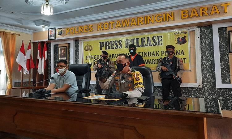 Kapolres Kobar AKBP Devy Firmansyah memberikan keterangan terkait modus tersangka RF selaku pemilik modal dan lahan tambang ilegal.