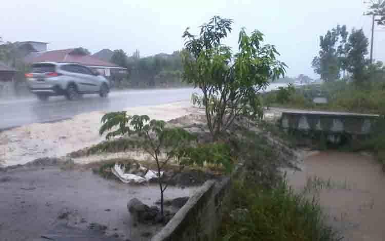 Sebuah kendaraan roda empat melaju di Jalan Soekarno-Hatta arah Pendahara saat hujan mengguyur wilayah ini.