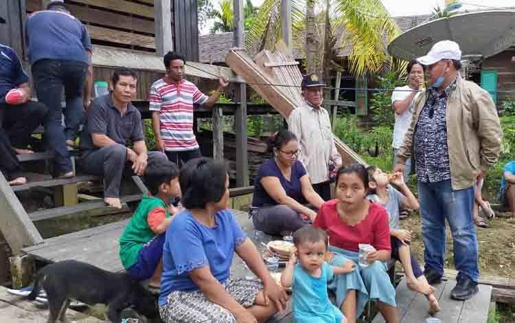 Halikinnor saat menemui warga salah satu desa di Kecamatan Telaga Antang.
