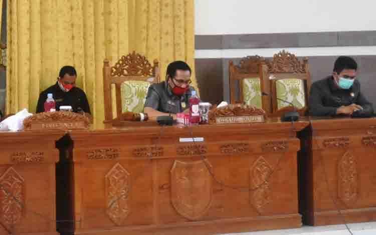 Ketua DPRD Gunung Mas, Akerman Sahidar (tengah).
