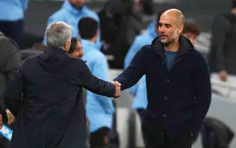 Pep Guardiola berjabat tangan dengan Jose Mourinho usai pertandingan antara Manchester City vs Spurs dalam lanjutan pertandingan Liga Premier Inggris di Tottenham Hotspur Stadium, London, Inggris pada 21 November 2020. (foto : Pool via REUTERS/CLIVE ROSE)