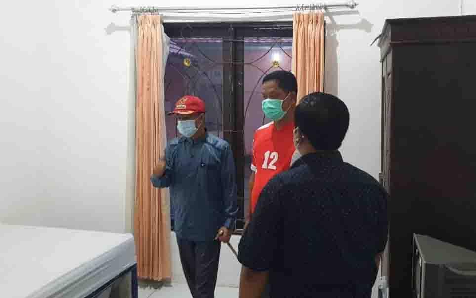 Bupati Seruyan, Yulhaidir (topi merah) mengecek kesiapan mess pemkab untuk klinik perawatan covid-19, Minggu, 22 November 2020.