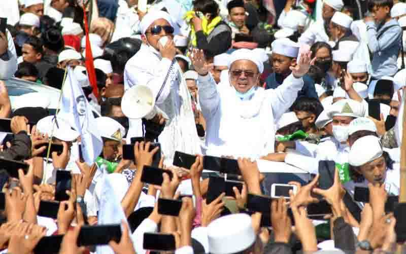 Imam Besar FPI Habib Rizieq Shihab (tengah) menyapa ribuan jamaah di jalur Puncak, Simpang Gadog, Ciawi, Kabupaten Bogor, Jawa Barat, Jumat (13/11/2020). (foto : ANTARA FOTO/Arif Firmansyah/foc.)