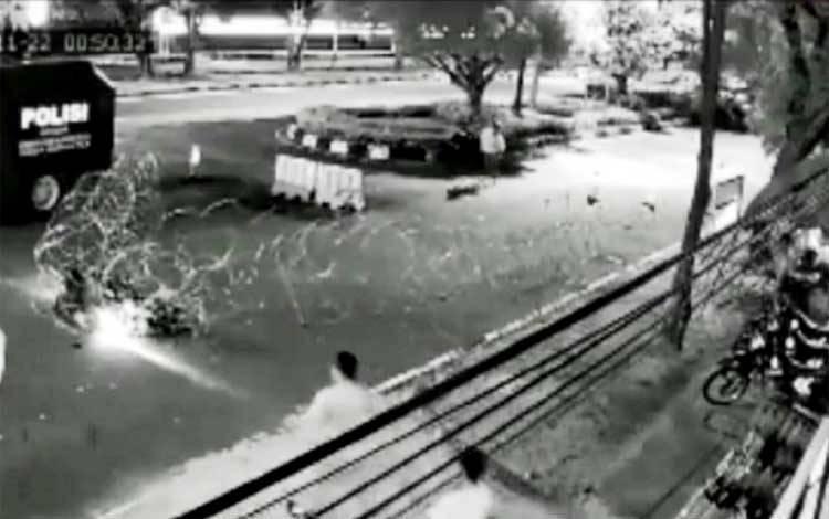 Pengendara motor saat menabrak pembatas kawat berduri di depan Kantor Bawaslu Kalteng Jalan G Obos Palangka Raya pada Minggu dini hari, 22 November 2020