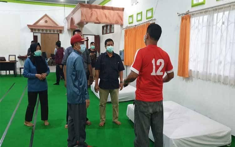 Bupati Yulhaidir melihat kesiapan salah satu ruangan di klinik penanganan Covid-19 Mess Pemkab Seruyan