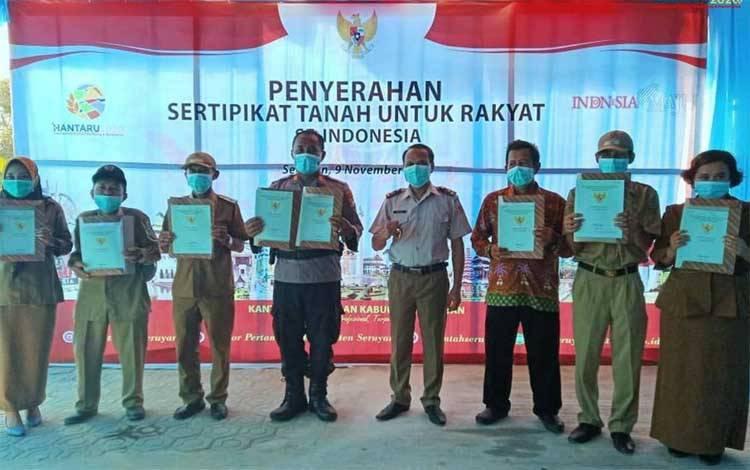Kantor Pertanahan Kabupaten Seruyan menyerahan sertipikat tanah kepada masyarakat