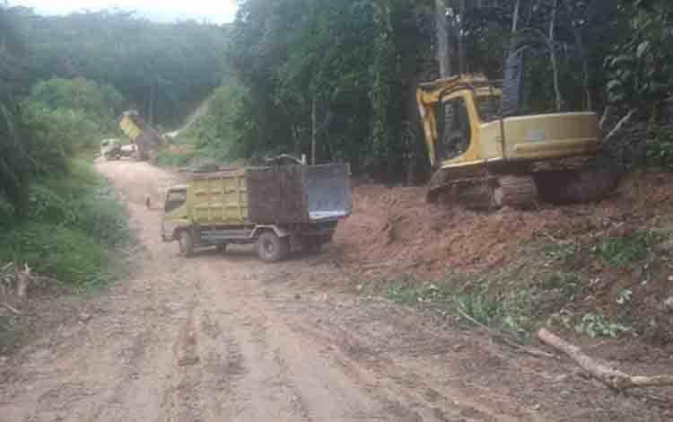 Proses perbaikan jalan di Desa Sulung dan Desa Kenambui