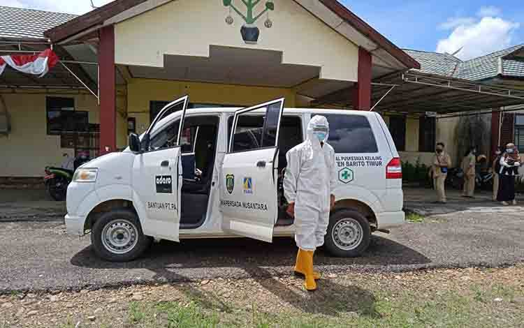 Petugas kesehatan melakukan penyemprotan disinfektan di kantor Dinas Sosial Kabupaten Barito Timur.