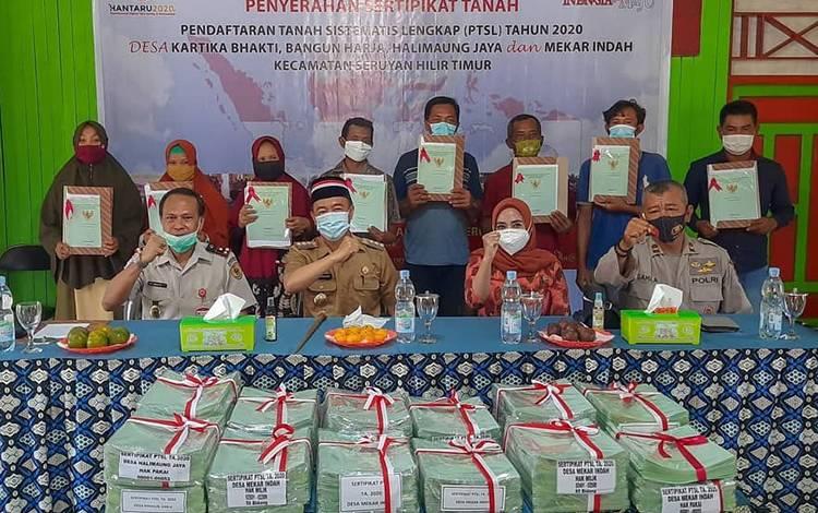 Penyerahan sertifikat tanah program PTSL  di wilayah Kecamatan Seruyan Hilir Timur.