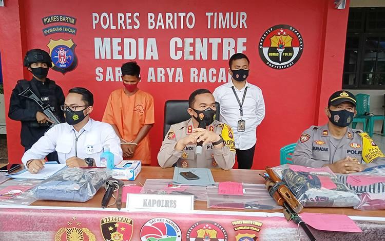 Kapolres Barito Timur AKBP Afandi Eka Putra melakukan press release.