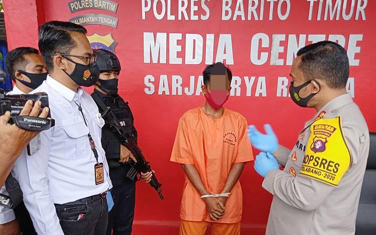 Kapolres Barito Timur AKBP Afandi Eka Putra saat menginterogasi pelaku pemerkosaan