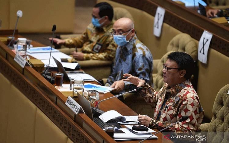 Menteri Pemberdayaan Aparatur Negara dan Reformasi Birokrasi Tjahjo Kumolo (kanan) bersama Kepala Badan Kepegawaian Negara Bima Haria Wibisana (tengah) mengikuti rapat kerja bersama Komisi II DPR di Kompleks Parlemen, Senayan, Jakarta, Kamis (19/11/2020). (ANTARA FOTO/PUSPA PERWITASARI)