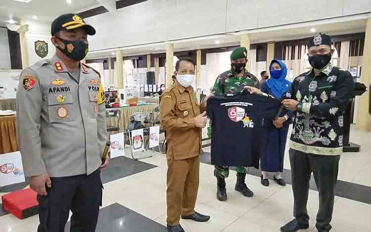 Wakil Bupati Barito Timur Habib Said Abdul Saleh, saat menerima cenderamata dari ketua KPU Barito Timur