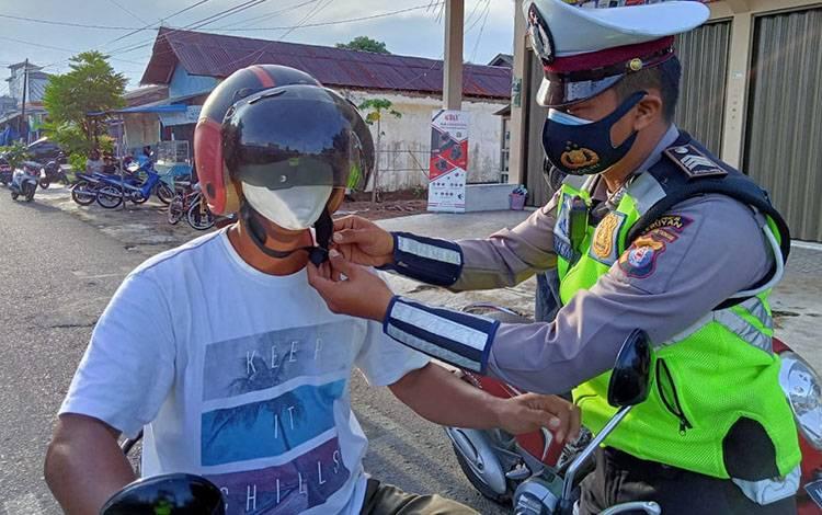 Personel Satlantas Polres Seruyan mengingatkan pengendara untuk taati protokol kesehatan, terutama menggunakan masker
