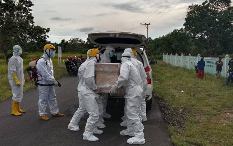 Proses pemakaman dengan protokol Covid-19 di TPU Sirna Raga Desa Kartika Bhakti, lantaran hasil swab tes belum di ketahui