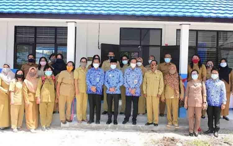Wali Kota Palangka Raya Fairid Naparin saat bersama guru