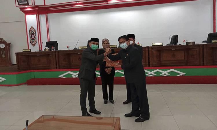 Bupati Barsel, Eddy Raya Samsuri dan Ketua DPRD Barsel, HM Farid Yusran usai menandatangai kesepakatan bersama RAPBD 2021.