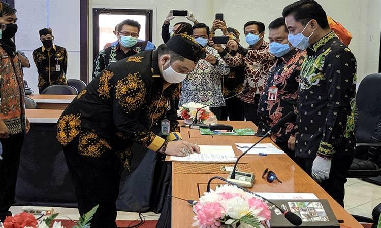 dr Yudha Herlambang (almarhum) semasa hidup saat menandatangani serah terima jabatan sebagai Plt Direktur RSUD dr Murjani Sampit.