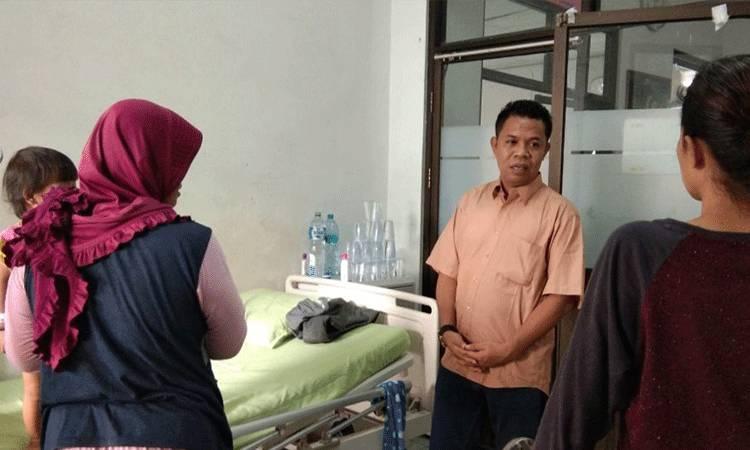 Abdul Hafid, mantan dewan pengawas RSUD dr Murjani Sampit saat bertemu pasien di rumah sakit.