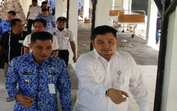 Foto dr Yudha Herlambang semasa hidup saat bersama Bupati Kotim Supian Hadi di RSUD dr Murjani Sampit