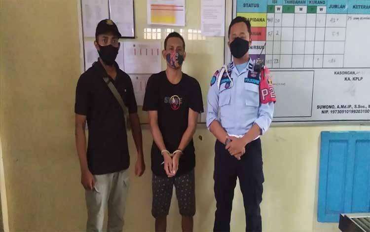 Anggota Polsek Katingan Hilir dan petugas Lapas Narkoba Kasongan mengapit SIR tersangka penyalahgunaan narkotika