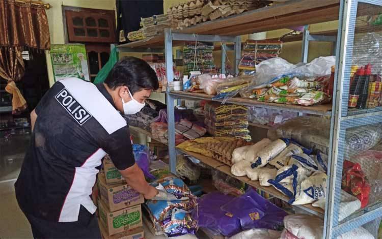 Anggota Satgas pangan Polres Katingan mengecek ketersediaan bahan pokok di Pasar Kereng Pangi
