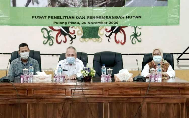 Pemerintah Kabupaten Pulang Pisau bersama peneliti Puslitbang BLI KLHK saat melakukan diskusi pada FGD di aula Bappedalitbang Pulang Pisau terkait pengembangan wisata berbasis ekosistem dan kearifan lokal, Kamis, 26 November 2020