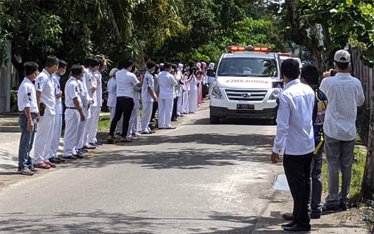 Sejumlah pegawai, tenaga medis, dan dokter RSUD dr Murjani Sampit memberikan penghormatan terakhir