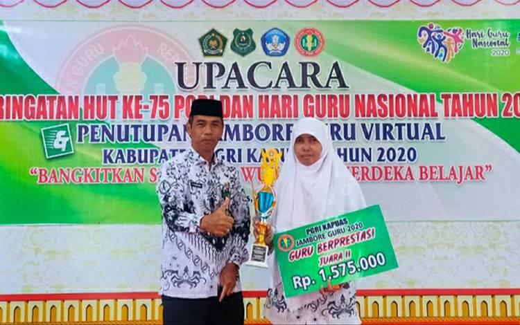 Kasi Pendidikan Madrasah Kemenag Kapuas, Sajarwan bersama guru berprestasi di tingkat kabupaten setempat.