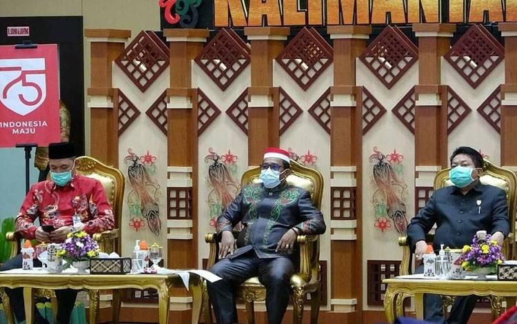 Plt Gubernur Kalteng saat menghadiri penyerahan DIPA tahun anggaran 2021 kepada kepala satuan kerja dan kepala perangkat daerah lingkup Pemprov Kalteng. Kamis, 26 November 2020.