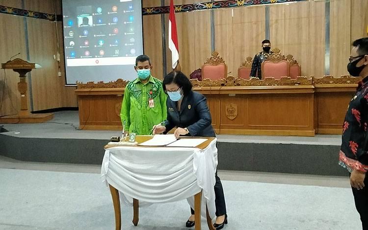 Suasana Paripurna pengesahan RAPBD Kotim 2021 di DPRD Kotawaringin Timur secara online.